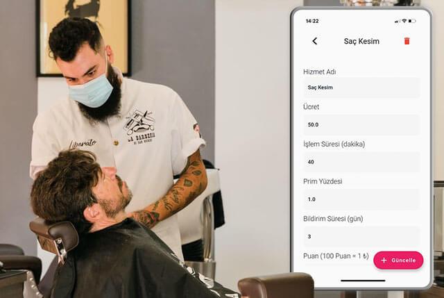 Berber randevu uygulaması kullanıcısı berber müşterisininin saçını kesiyor.